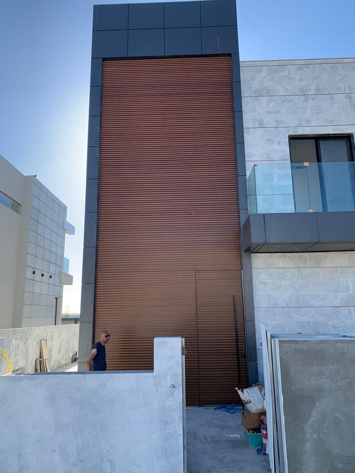 דלת כניסה חיפוי אלומיניום דמוי עץ
